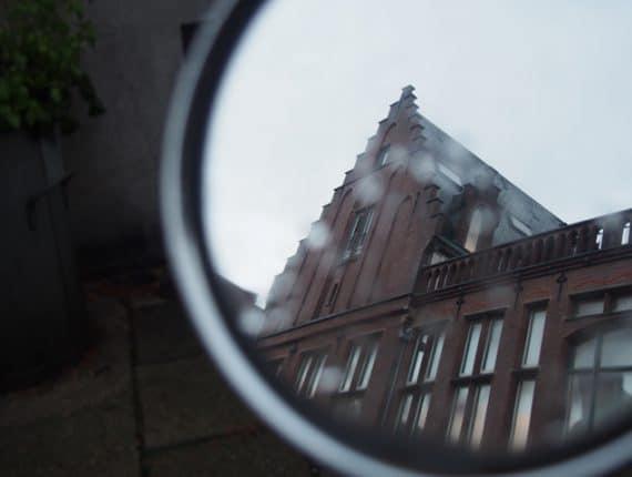 Foto uit de cursus fotografie basis: gebouw gereflecteerd in zijspiegel