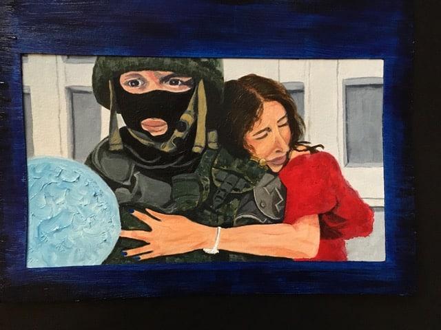 Schilderij van een soldaat in uniform en met help en een vrouw in een rode bloes die zich aan hem vastklampt