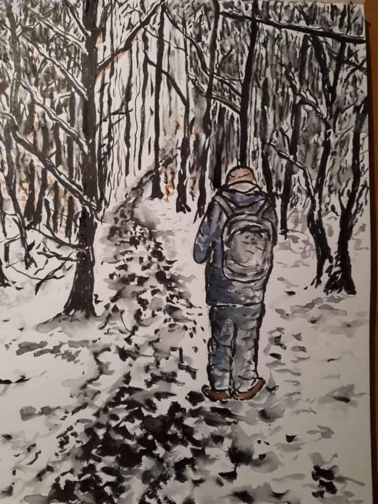 Tekening van een wandelaar op de rug gezien die door een besneeuwd bos loopt met kale bomen
