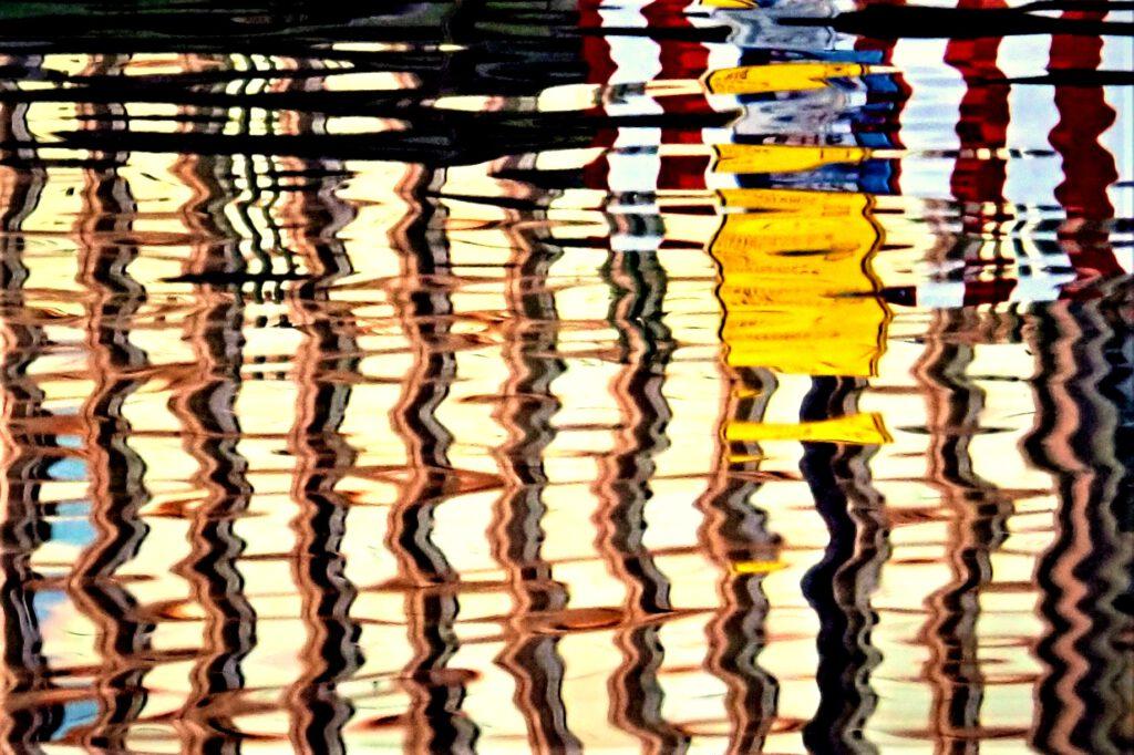 Een foto van een gebouw weerspiegeld in het water door Frans Brunning